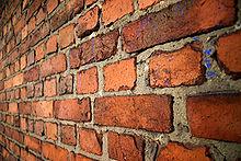 Veca ķieģeļu siena, kas mūrēta ar angļu saikni, kurā pārmaiņus izkārtoti garenvirsmu un stiepļu slāņi.