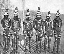 Fotografie von Arrernte-Männern aus Zentralaustralien in einem Corroboree im Jahr 1900.