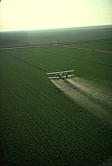 Een speciaal ontworpen vliegtuig dat pesticiden boven een veld sproeit