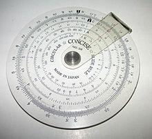 Een eenvoudige cirkelvormige rekenliniaal, gemaakt door Concise Co., Ltd., Tokyo, Japan, met alleen inverse, vierkante en kubieke schalen. Op de achterkant staat een handige lijst met 38 metrische/imperiale omrekeningsfactoren.