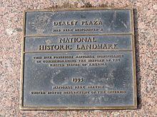 National Historic Landmark plaquette op Dealey Plaza, Dallas Texas.