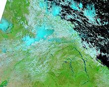 NASA-beeld van overstroomde rivieren en wolkendek
