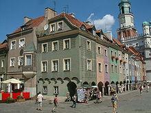 Hoge smalle stadswoningen van Poznań zijn in verschillende kleuren geschilderd.