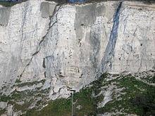 Kreidefelsen bei den Klippen von Dover. Die schrägen dunklen Linien in der Kreide sind Feuerstein.