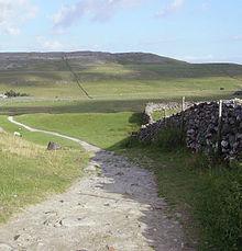 Colinas de piedra caliza y muros de piedra seca en el oeste de los Valles de Yorkshire. Esta parte del parque nacional es popular entre los caminantes debido a la presencia de los tres picos de Yorkshire.