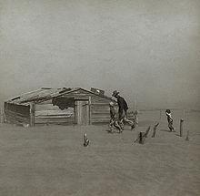 Een boer en zijn twee zonen tijdens een stofstorm in Cimarron County, 1936...