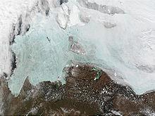 Satellietfoto van de Nieuwe Siberische Eilanden, met links de Laptev Zee en rechts een deel van de Oost-Siberische Zee.