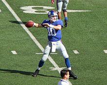 Eli Manning von den New York Giants QB Eli Manning beim Aufwärmen vor dem Spiel im Jahr 2009. Beachten Sie, wie er den Ball hält und die Position seiner Beine.