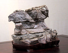 """Suiseki et sa base en bois à l'exposition """"Suiseki et Shangshi"""" à Prague, 2011"""