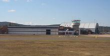 De hangars en de verkeerstoren van het Defensie-etablissement Fairbairn, gezien vanaf de hoofdbaan.