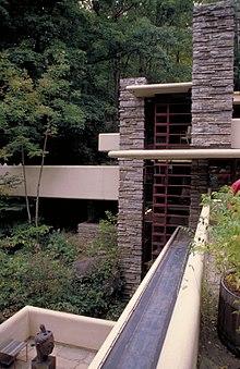 El agua de la caída tiene fuertes líneas horizontales y verticales.