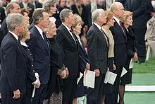 Reaganovi (uprostřed) na státním pohřbu Richarda Nixona, 1994