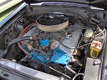 V8 motor geïnstalleerd in een auto.