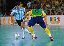 Uomini che giocano a futsal per i loro paesi, Argentina (bianco) e Brasile (giallo).