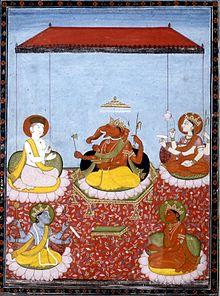"""Ein Ganesha-zentriertes Panchayatana (""""fünf Gottheiten"""", aus der Smarta-Tradition): Ganesha (Mitte) mit Shiva (oben links), Devi (oben rechts), Vishnu (unten links) und Surya (unten rechts). All diese Gottheiten haben auch eigene Sekten, die ihnen gewidmet sind."""