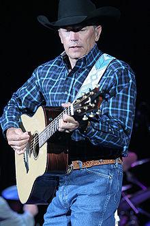 George Strait tijdens een optreden in Madison Square Garden, 21 januari 2003.
