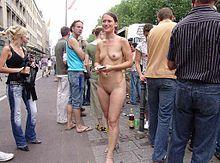 Naakt meisje dat flyers uitdeelt op Love Parade