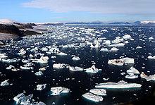 IJsbergen breken af van gletsjers bij Cape York, Groenland