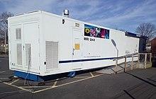 Een mobiele MRI-eenheid bezoekt het Glebefields gezondheidscentrum, Tipton, Engeland