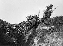 """Britiske soldater, der """"går over toppen"""", eller forlader deres skyttegrave i Somme-slaget"""