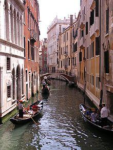 In Venetië zijn gondels een manier voor mensen om zich te verplaatsen.