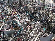 De fietsenstalling bij Zwolle, station Overijssel, een typisch Nederlandse uitvinding