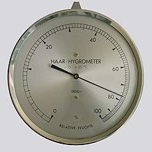 Higrometr włosowy. Zwróć uwagę, że skala jest nieliniowa.