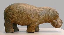 Fajánsová soška z Nové egyptské říše, 18./19. dynastie, asi 1500-1300 př. n. l., kdy byli hroši podél Nilu ještě hojně rozšířeni.