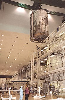 ISS US lab wordt gemaakt en naar een vacuüm testkamer in de O&C gehesen