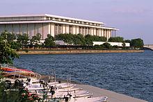 Das John F. Kennedy Center for the Performing Arts liegt entlang des Potomac River