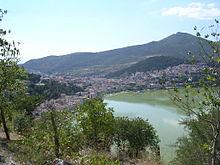 Panorama van Kastoria met zijn meer.