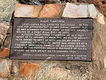 Πινακίδα έξω από τη σπηλιά του Lasseter που αφηγείται την ιστορία του θανάτου του Lasseter.
