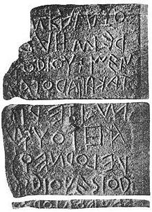 Lapis Niger ist eine Stele aus dem 6. oder 5. Jahrhundert vor Christus. Jahrhundert v. Chr. Sie trägt eine der ältesten bekannten lateinischen Inschriften.