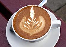 """""""Platte witte"""" koffie wordt vaak versierd."""