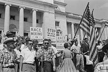 In Little Rock, in de jaren vijftig, beweerden de demonstranten dat hun opvattingen in de VS wijdverbreid waren. Hun overtuiging was een voorbeeld van het effect van de valse consensus.