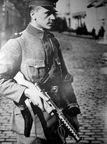 De MP-18 was het eerste machinepistool. Hoewel het een houten kolf had, zoals een geweer, vuurde het pistoolpatronen af.