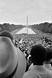 Uitzicht op het Washington Monument en de reflecterende vijver vanaf de trappen van het Lincoln Memorial tijdens de mars op Washington voor banen en vrijheid.