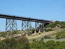 Westkant van de brug van onderen