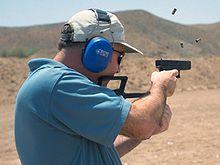 Een Amerikaanse marinier vuurt met een volautomatische Glock 18