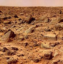 Oppervlak met overal rotsen gefotografeerd door Mars Pathfinder