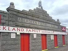 Pittodrie Stadion de granieten gevel bekeken van buiten de Merkland Road stand