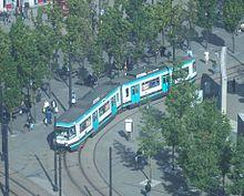 Een Metrolink-tram die door het stadscentrum rijdt.