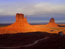 Geïsoleerde heuvels in Monument Valley, V.S.