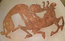 Siodło z epoki żelaza z Syberii, przedstawiające łosia polującego na tygrysa syberyjskiego.