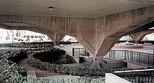 Onderaanzicht van het Municipal Services Building, zittend op de landhoofden van de verhoogde fundering van het gebouw, City of Glendale, CA