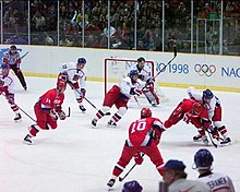 Professionele NHL-spelers mochten vanaf 1998 deelnemen aan de ijshockeywedstrijd (1998 Gouden medaillewedstrijd tussen Rusland en Tsjechië op de foto).