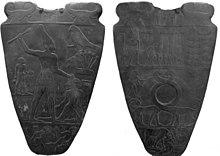 Die Narmer Pallette dokumentiert die Vereinigung von Ober- und Unterägypten um etwa 3200 v. Chr. Original im Ägyptischen Museum, Kairo.