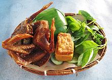 Gebratene Taube mit Nasi Timbel (mit Bananenblättern umwickelter Reis), Tempeh, Tofu und Gemüse, sundanesische Küche, Indonesien