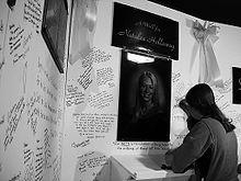 Een jonge vrouw tekent een gebedsmuur voor Holloway, minder dan twee weken na haar verdwijning.