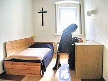 Een karmelietessenzuster die mediteert op de Bijbel...
